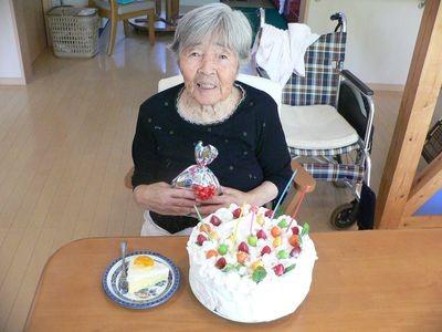 大きな手作りお誕生ケーキでお祝い:うれしいなあ