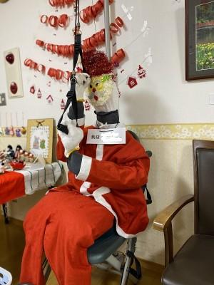 お二人の合作で実物大サンタクロースを裁縫しました! 夜に廊下で見かけたらちょっと怖いかも!?